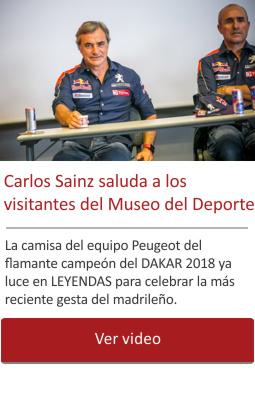 Carlos Sainz saluda a los visitantes del Museo del Deporte